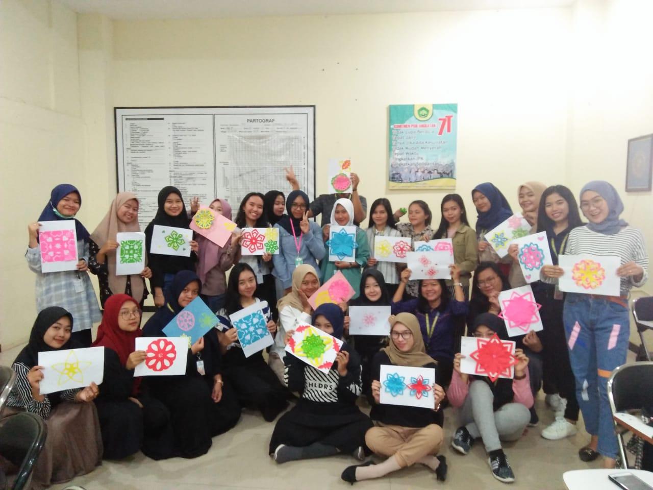 Mahasiswa UNISM Mempelajari Seni Menggunting Kertas pada Kelas Bahasa Mandarin