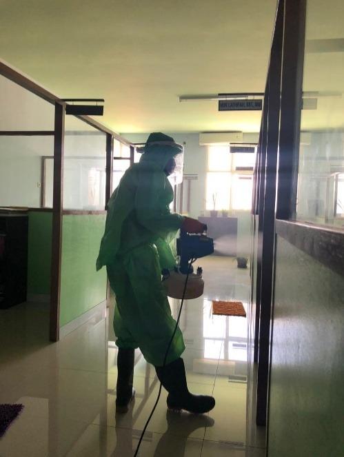 Penyemprotan Larutan Disinfektan secara Berkala di Gedung Universitas Sari Mulia