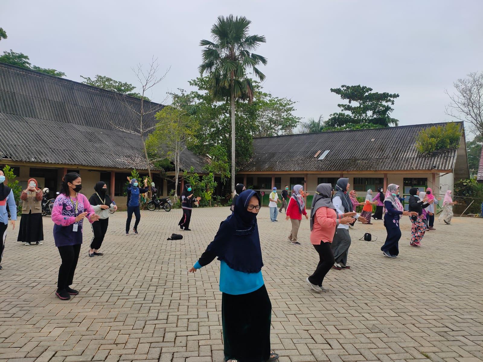 Mahasiswa Mengikuti Senam dengan Lansia di Puskesmas Barabai
